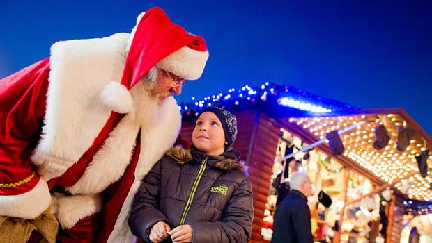 """Willi Dahmen spricht am 03.12.2013 als Weihnachtsmann mit dem siebenjährigen Justin auf dem Weihnachtsmarkt in der Altstadt von Celle (Niedersachsen). Der 61-jährige tritt seit 20 Jahren in der Vorweihnachtszeit als Weihnachtsmann auf. Foto: Julian Stratenschulte/dpa (zu dpa-Korr """"Nur echt mit Bart:Weihnachtsmann Willi seit 20 Jahren imDienst"""" vom 10.12.2013) +++(c) dpa - Bildfunk+++"""